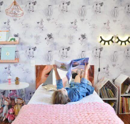 Imagem ilustrativa do artigo sobre como tornar a leitura interessante. Na imagem, uma criança lendo em sua cama.