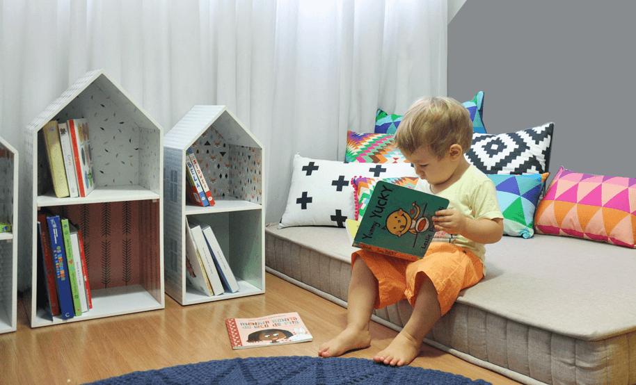 Imagem ilustrativa de como o Bookshelf Cadô deixa o livro ao alcance das crianças.