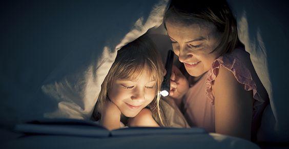 Imagem ilustrativa de uma menina e sua mãe lendo juntas, ilustrando a importância da leitura.