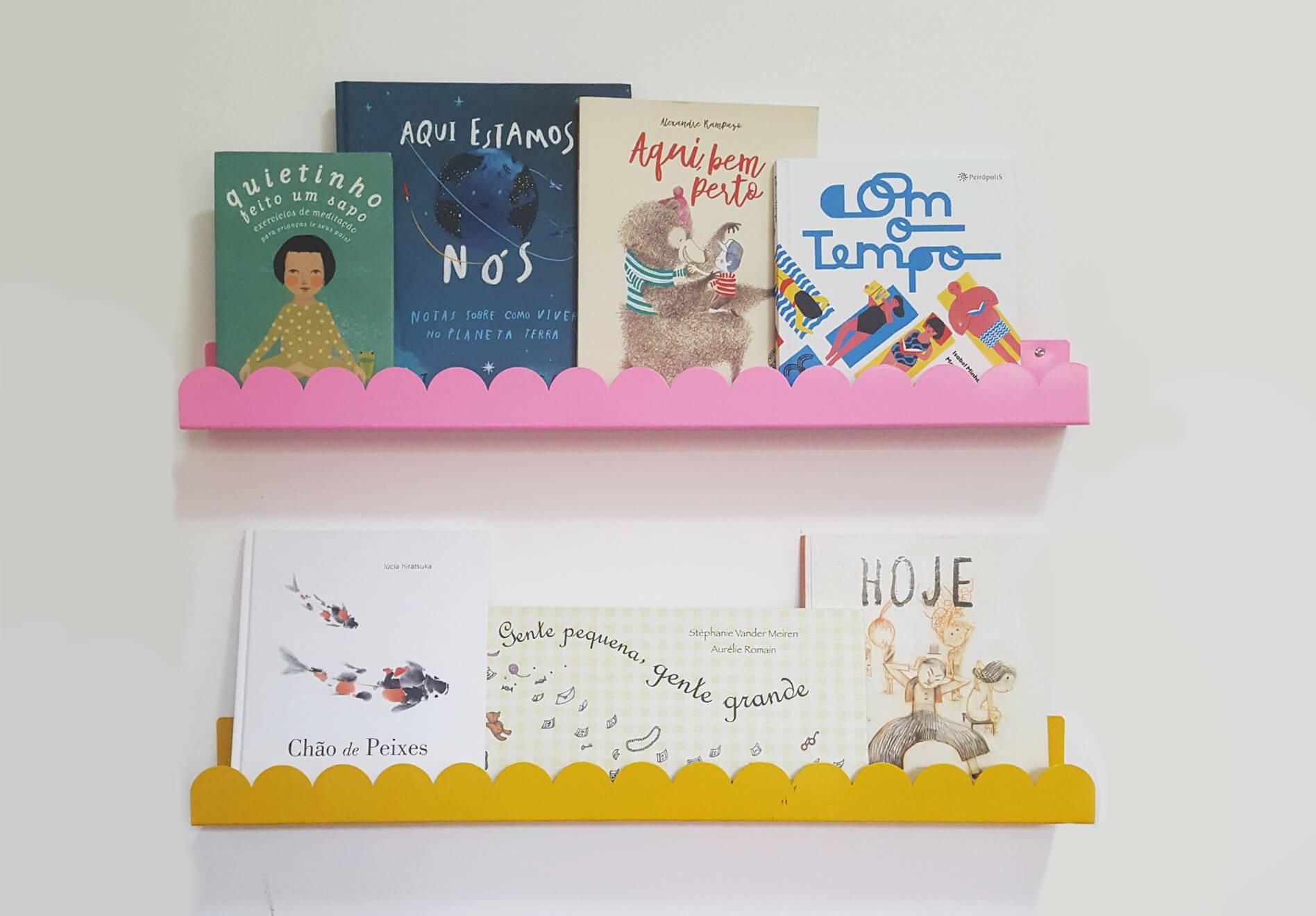 Imagem das estantes em onda da Cadô Design, ótimas para expor livros.
