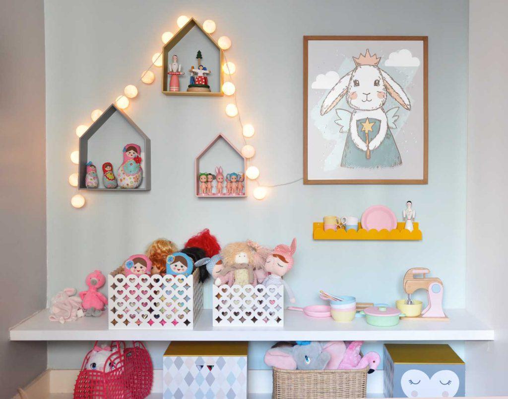 Imagem ilustrativa do produto da Cadô Design, a bancada que permite organizar os brinquedos e deixar ao alcance das crianças.