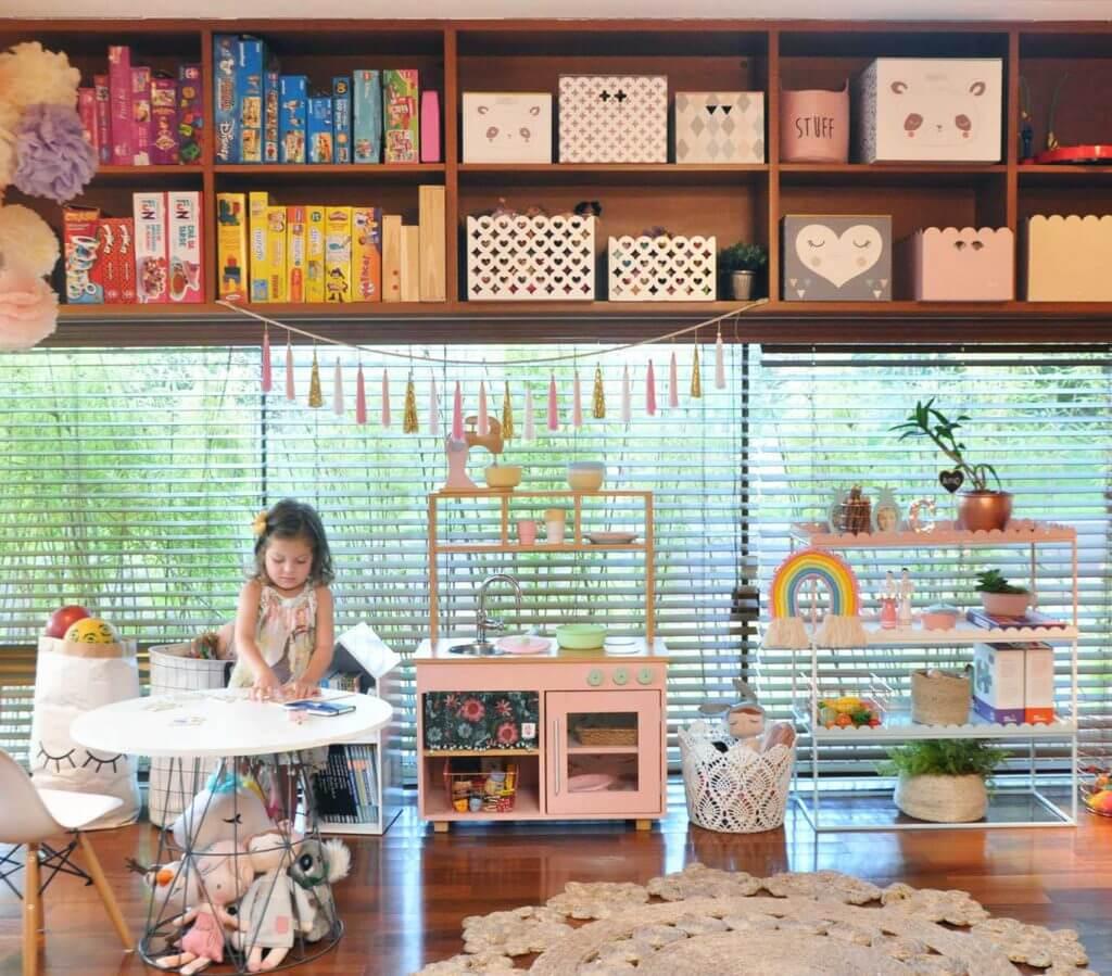 Imagem que ilustra uma organização mesclada, entre brinquedos acessíveis e não acessíveis