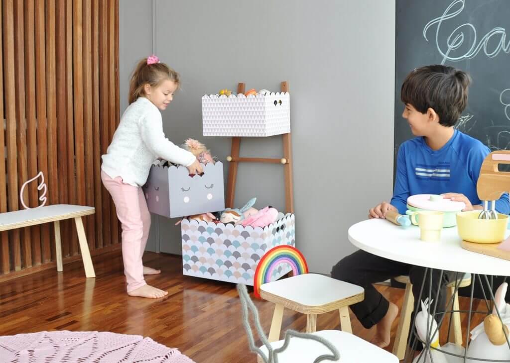 Imagem de caixa para guardar brinquedos, ótimas para manter o quarto organizado ao alcance das crianças.