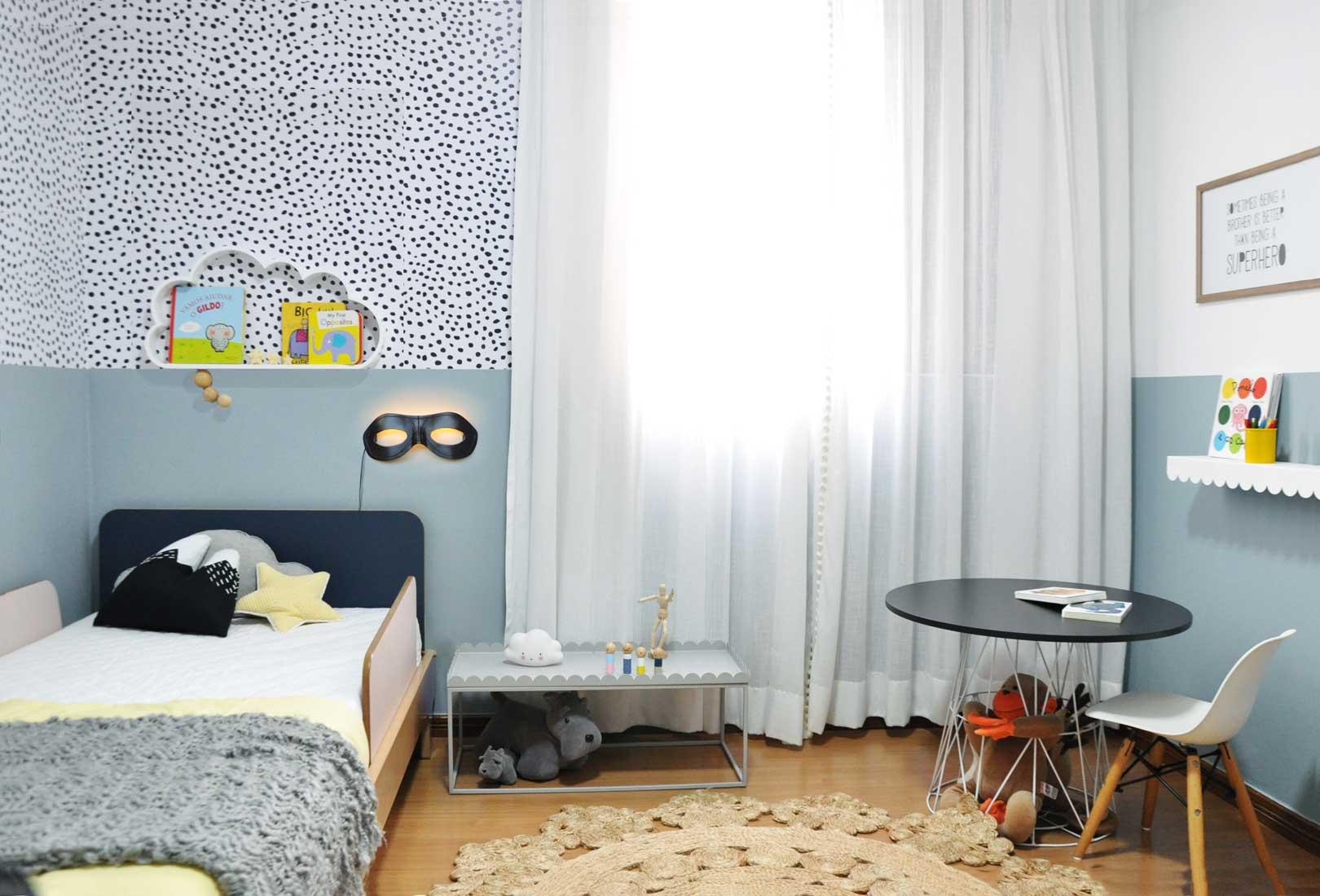 Imagem ilustrativa de um modelo de quarto infantil escandinavo utilizando a mesa infantil Mime, produto da Cadô Design, como suporte para objetos.