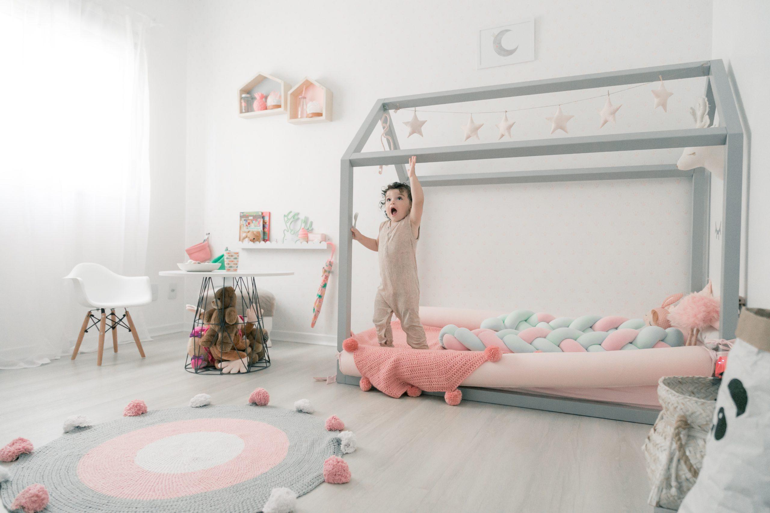 Imagem de exemplo de um quarto escandinavo, com a base do quarto sendo branca e os elementos claros e lúdicos