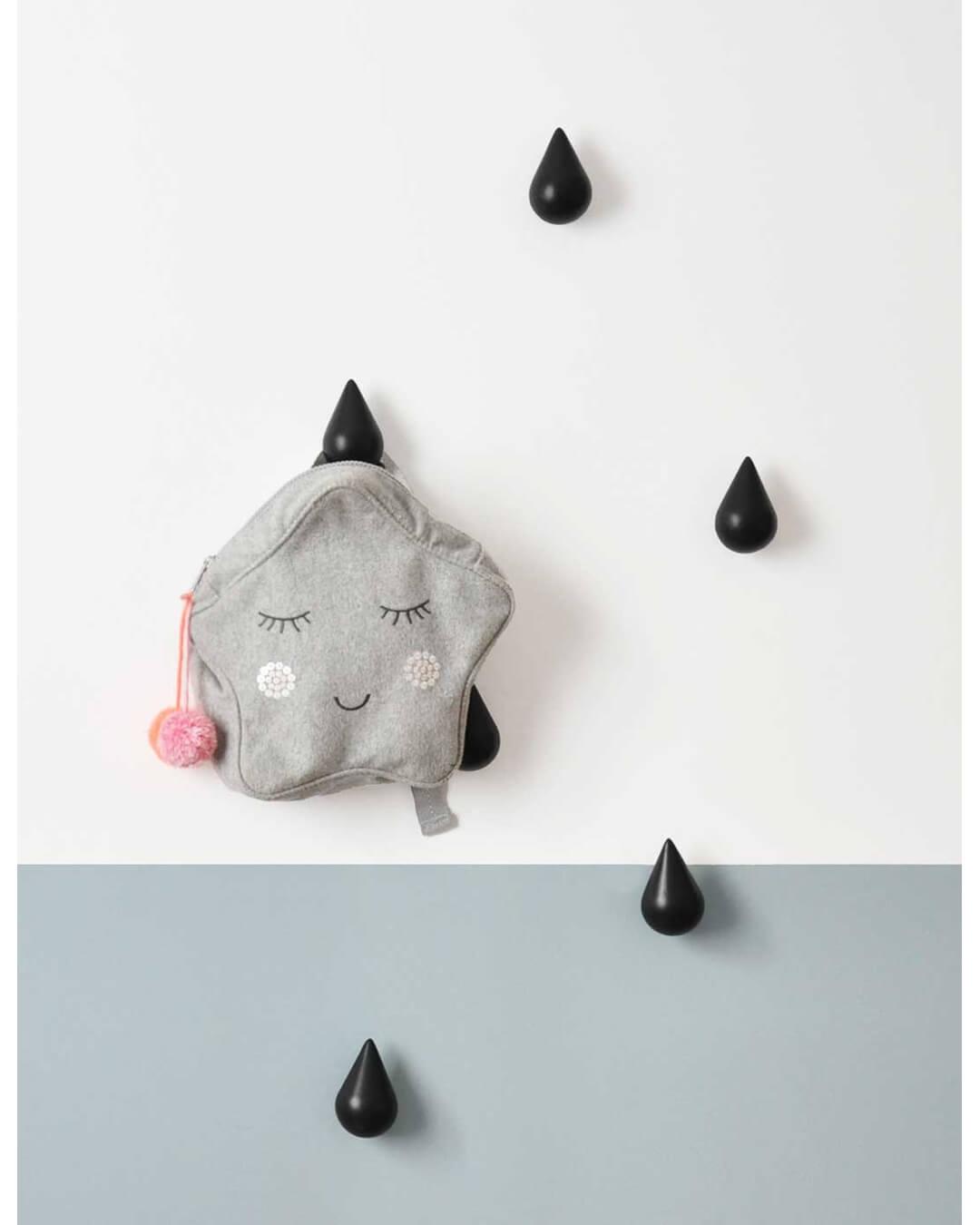 Imagem ilustrativa do design escandinavo, com diferentes tons de cinza e o preto do cabideiro gota de chuva proporcionando um contraste.