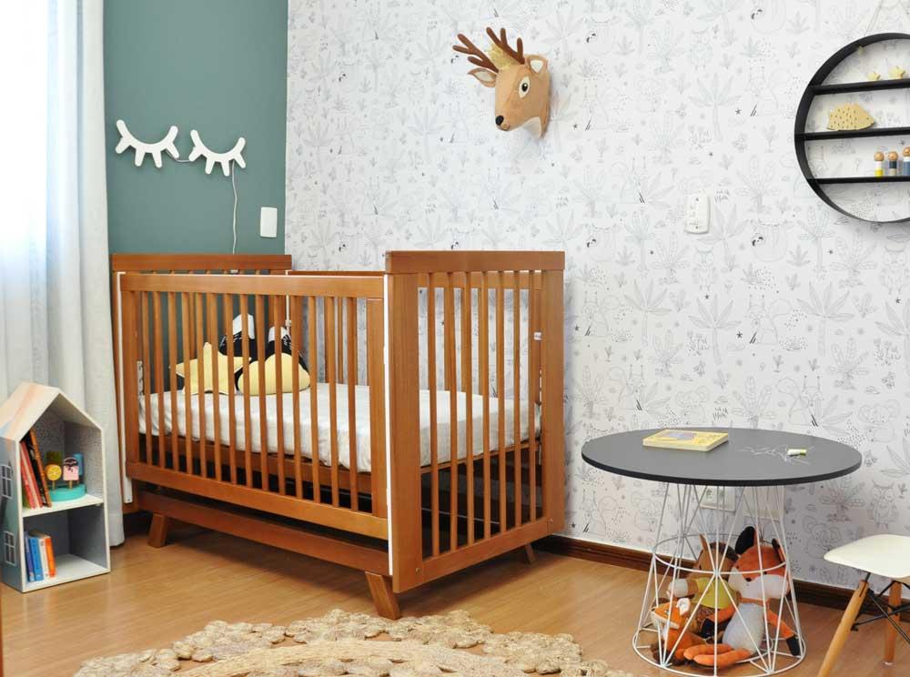 Imagem ilustrativa de um modelo de quarto seguindo o estilo escandinavo, com veado pendurado na parede e a luminária de cílios.