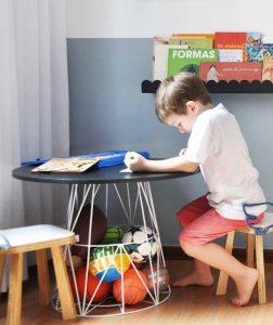 Imagem ilustrativa da mesa infantil mime preta lousa, com uma criança desenhando nela.