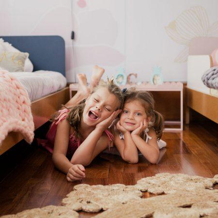Ilustração de quarto compartilhado entre bebê e irmão