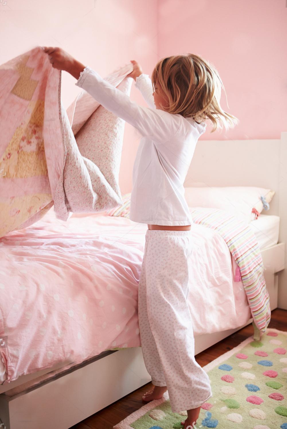 Exemplo de criança ajudando a arrumar a cama em casa - quais atividades domésticas por idade da criança