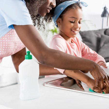 Atividades domésticas por idade das crianças e como organizar