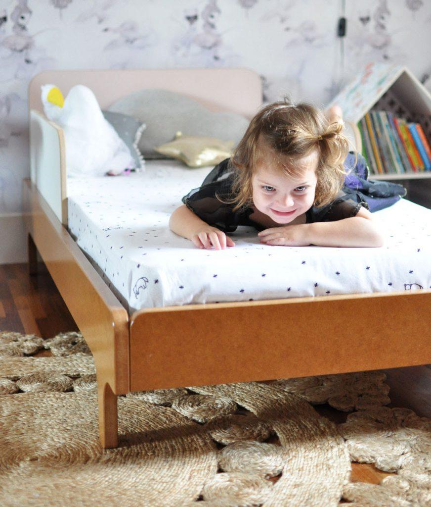 Imagem ilustrativa de criança na cama