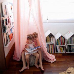 Crianças lendo livros estrategicamente guardados