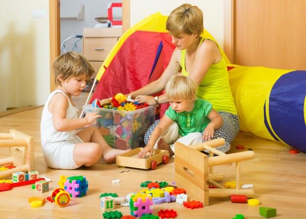 Imagem ilustrativa de crianças e mães organizando brinquedos